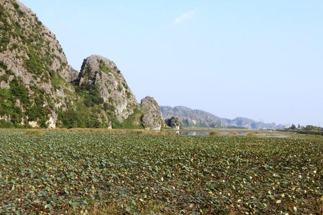 Những dãy núi đá vôi cao sừng sững, bên dưới là đầm sem rộng bao la bát ngát.