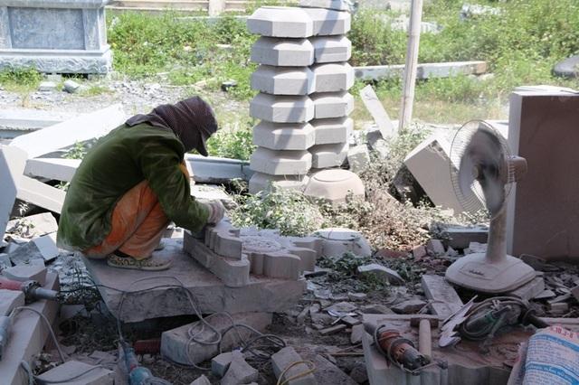 Làm việc tại các lán trại tạm bợ, đồ bảo hộ lao động không có nguy hiểm luôn rình rập những phụ nữ chế tác đá mỹ nghệ ở Ninh Vân. Thực tế cho thấy, đã có một số chị em không may bị tai nạn trong khi làm nghề, thường xuyên bị đá đè lên chân tay, máy móc làm bị thương...