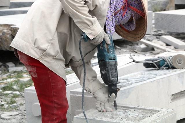 Đa số những phụ nữ làm nghề chế tác đá ở Ninh Vân có tuổi trên 30. Họ là những người bản địa, sinh ra đã biết đến nghề chế tác đá mà cha ông để lại, cũng có những phụ nữ lấy chồng về đây rồi học việc, mưu sinh bằng nghề cực nhọc này.