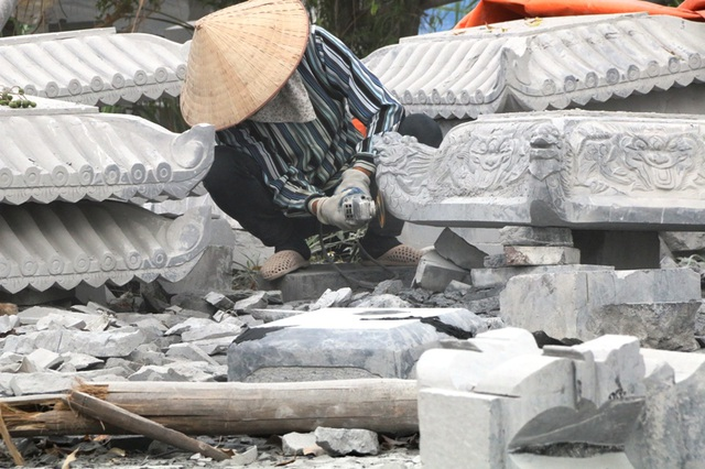 Nghề chế tác đá cực nhọc tưởng chỉ dành cho cánh đàn ông, tuy nhiên những phụ nữ ở Ninh Vân không ngại cực nhọc. Họ làm nghề ngoài gánh nặng mưu sinh còn có niềm đam mê. Nghề chế tác đá chẳng sạch sẽ gì, ngoài làm việc cực nhọc, thường xuyên sống trong không khí ô nhiễm từ bụi đá còn phải chịu ô nhiễm tiếng ồn cực lớn từ các loại máy phát ra, một phụ nữ tâm sự.