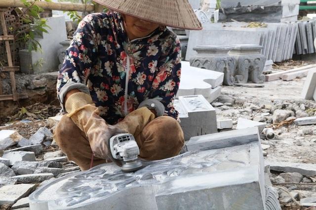 Chị Phạm Thị Mai Hương chia sẻ, quê gốc sinh ra ở phường Đông Thành, thành phố Ninh Bình, hơn 10 năm trước chị lập gia đình về làng Ninh Vân. Từ đó, chị học nghề chế tác đá mỹ nghệ từ chồng, sau đó gia đình mở xưởng chê tác đá Huấn Hương. Ngoài 30 tuổi, chịu Hương có thâm niên làm nghề 10 năm nay.
