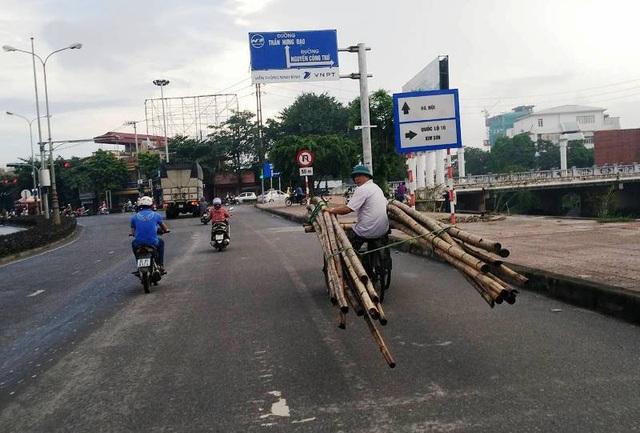 Xe xích lô 3 bánh chở luồng dài hơn chục mét nghênh ngang trên đường thành phố Ninh Bình.