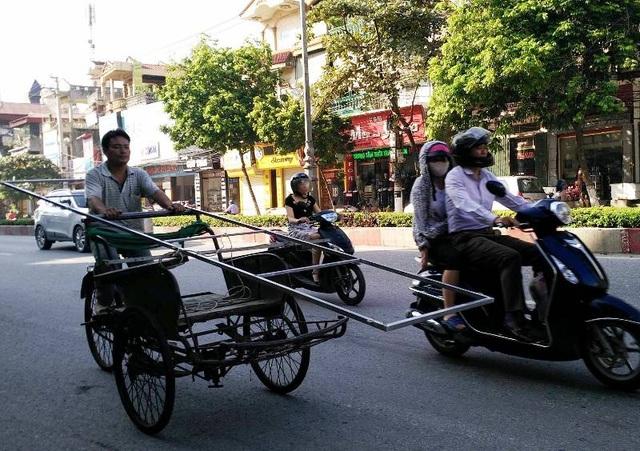 Xe chở hàng cồng kềnh gây nguy hiểm cho người tham gia giao thông.