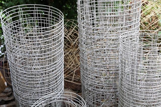 Các khung dùng để thực hiện đan sản phẩm thủ công mỹ nghệ từ thân bèo chủ yếu được làm bằng thép, có độ cứng rắn cao. để chống bị rỉ sét, những chiếc khung này được bọc một lớp nhựa hoặc vải hay giấy bọc. Sở dĩ phải cần đến khung khi đan vì thân cầy bèo rất mềm, khi đan vào khung sẽ tạo nên sự rắn chắc, độ bền cao hơn. Tùy vào từng sản phẩm mà có loại khung khác nhau.