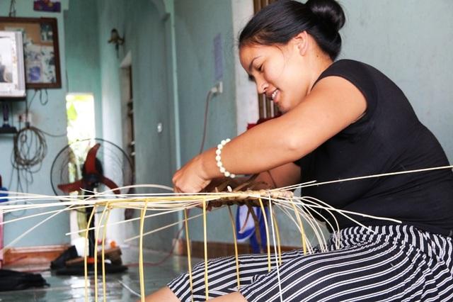 Nghề đan bèo tây phát triển, nông dân Ninh Bình ngày càng có thu nhập cao và ổn định. Nhiều hộ dân thoát được nghèo, xây được nhà, con cái ăn học đến nơi... Nghề đan bèo tây đang là hướng đi mới để phát triển kinh tế đối với địa phương ven biển của tỉnh Ninh Bình này.