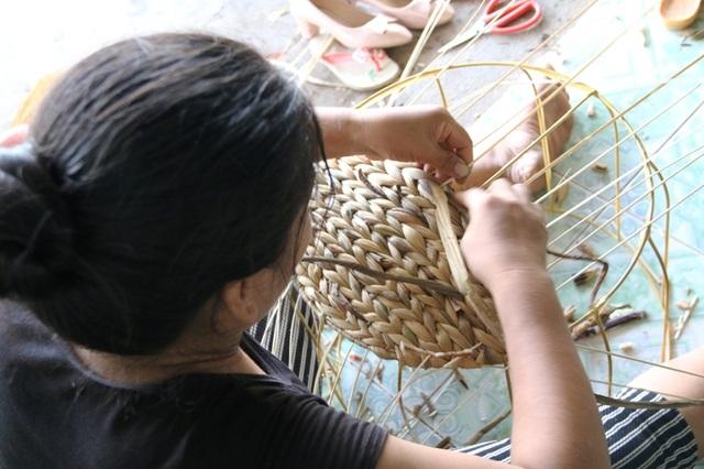 Công việc thường ngày của những người thợ đan thân bèo tây thường bắt đầu từ 6 giờ sáng. Những người làm chính bằng nghề đan này có thể đến các xưởng sản xuất hoặc nhận nguyên liệu về nhà làm sau đó đem nộp sản phẩm. Hiện nay, toàn huyện Kim Sơn có trên 1.000 người làm nghề đặc biệt này, chủ yếu là phụ nữ.