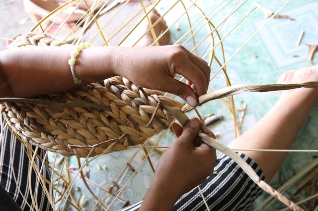 Chủ yếu các sản phẩm đan từ thân bèo tây đều có khung làm sẵn, người thợ đan chỉ việc móc nối các mối đan cho phù hợp và kín theo các mỗi khung. Tuy nhiên, không phải ai cũng dễ dàng làm được công việc cần sự tỉ mỉ này. Những sẩn phẩm khó phải cần đến những người thợ khéo tay, thu nhập tiền công từ các loại sản phẩm này cũng cao hơn nhiều so với các loại sản phẩm đan dễ.