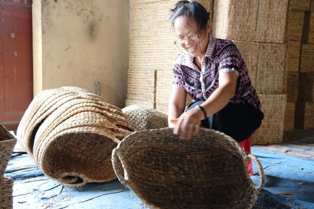 Nghề đan các sản phẩm thủ công mỹ nghệ bằng thân cây bèo tây (lục bình) xuất hiện ở huyện Kim Sơn (Ninh Bình) khoảng hơn 10 năm nay. Khi nghề dệt chiếu cói cũng như các mặt hàng từ cói dần mai một, người dân huyện vùng biển này tìm hướng đi mới để duy trì nghề truyền thống hàng trăm năm nay này.