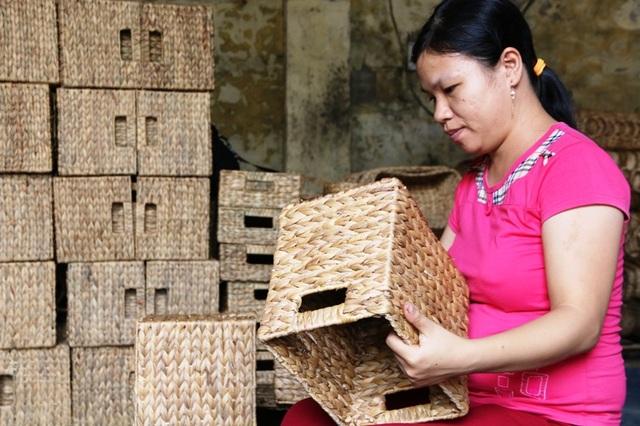 Mỗi ngày, một thợ lành nghề đan bèo tây cũng kiếm được số tiền từ 200 - 500 nghìn đồng. Những người làm siêng năng làm việc cả vào buối tối, thu nhập còn cao hơn nhiều, bình quân từ 500 đến hơn 1 triệu đồng. Nghề làm nhẹ nhàng này những năm qua giúp người nông dân tại Ninh Bình có thêm thu nhập cao mỗi tháng.