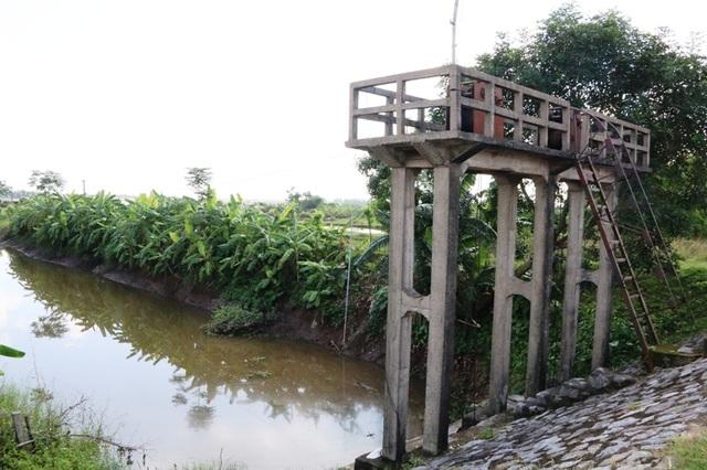 Trước thực trạng nước biển dâng, nhiều năm qua cống Thôn Năm, xã Khánh Tiên, huyện Yên Khánh đã không còn khả năng ngăn được nước mặn từ sông Đáy vào, dẫn đến nước mặn xâm nhập vào đồng ruộng.