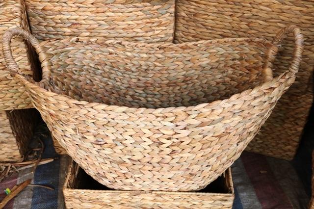 Các sản phẩm thủ công mỹ nghệ từ thân bèo được bàn tay khéo léo của những nông dân huyện Kim Sơn làm ra chủ yếu là: Làn, giỏ, bình hoa, hộp, khay, hay bàn ghế, salon... Kỹ thuật thân bèo chủ yếu là đan hạt gạo, đan xương cá và đan mạng nhện. Tùy vào từng sản phẩm mà có cách đan khác nhau, theo chị Niên một người dân ở xã Đồng Hướng thì đan thân bèo dễ và không phức tạp như đan thân cây cói.