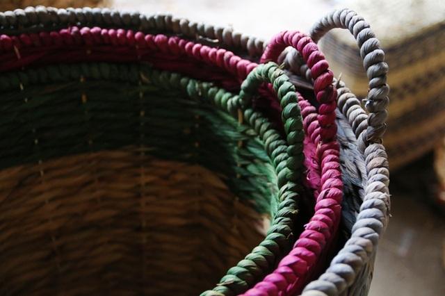 Tùy vào từng loại sản phẩm mà mỗi sản phẩm thủ công mỹ nghệ từ thân bèo khi được đan xong có nhuộm màu hay không. Có những loại được nhuộm đủ các màu khác nhau nhưng cũng có loại sản phẩm lại được giữ nguyên màu gốc.