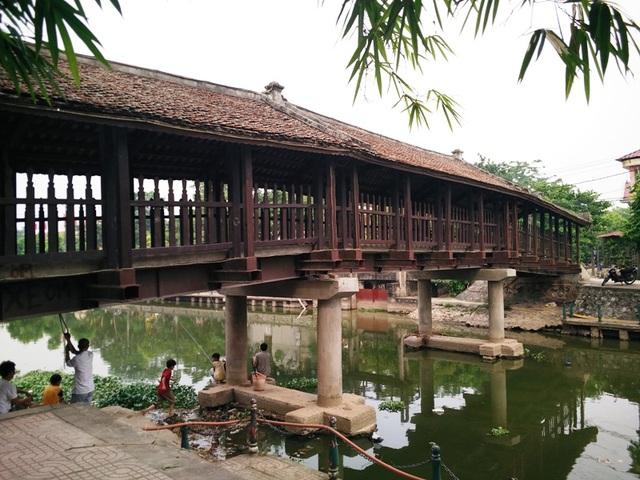 Cầu ngói Phát Diệm, được xây dựng từ năm 1902. Cầu bắc qua sông Ân, có hình cầu vồng gồm 3 nhịp (4 gian/nhịp). Cây cầu hơn 100 năm tuổi này là một trong những cầu ngói cổ nổi tiếng ở Việt Nam, cùng với cầu ngói Thanh Toàn (Huế), Chùa Cầu (Quảng Nam)... cầu ngói Phát Diệm có kiến trúc độc đáo, bên dưới là đường giao thông, bên trên là mái nhà được lợp ngói khiến cầu như một ngôi nhà ngói bắc qua sông.