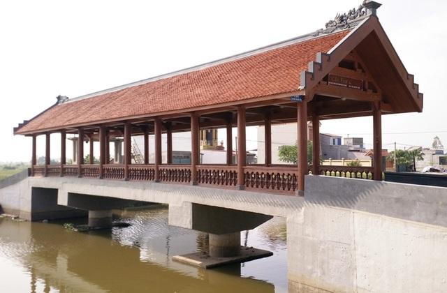 Cầu ngói Lưu Quang (xã Quang Thiện) được khánh thành, đưa vào sử dụng tháng 8/2015. Đây là cây cầu ngói thứ 2 bắc qua sông Ân, huyện Kim Sơn. Cầu được làm bằng bê tông cốt thép, bên trên có phần mái che lợp ngói, thiết kế gần giống với cầu ngói Phát Diệm.