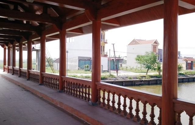 Cầu có chiều dài gần 20m, rộng 4,5m, gồm 9 gian thiết kế dành cho người đi bộ. Hai bên cầu là lan can làm bằng xi măng sơn giả gỗ, bên dưới lát gạch đỏ với không gian thoáng đãng. Khi lưu thông qua cầu, người dân có không gian ngắm cảnh đẹp hai bên bờ sông.