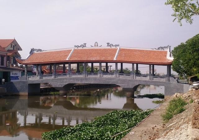 Cầu Hòa Bình (xã Hùng Tiến) là cây cầu ngói thứ 3 bắc qua sông Ân, huyện Kim Sơn. Cầu được hoàn thành và đưa vào sử dụng cách đây hơn 2 tháng. Cầu có 3 nhịp, 9 gian, chiều dài hơn 20m, rộng 8m. Cầu có thiết kế giống như một ngôi chùa với mái cong vút.