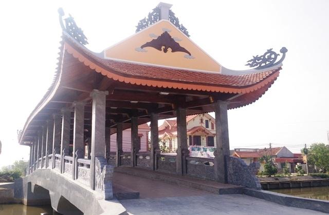 Khác với cầu ngói Phát Diệm và Lưu Quang, cầu ngói Hòa Bình có 4 mái. Tại hai khóa gian 2 đầu cầu được thiết kế thêm phần mái cong như mái chùa tạo nên sự khác lạ so với hai cây cầu trước. Trên phần mái được trang trí thêm rồng, phượng tạo nên vẻ đẹp cho cây cầu.