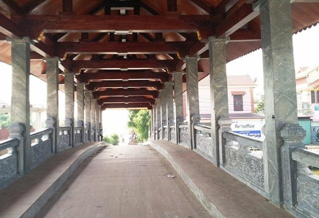 Toàn bộ thân cầu, các cột và phần mái được làm bằng bê tông cốt thép, bên trên lợp ngói mũi hài. Hai bên lan can cầu được làm bằng đá xanh trạm khắc tinh xảo. Cây cầu này không chỉ dành cho người đi bộ mà xe máy cũng có thể lưu thông qua đây.