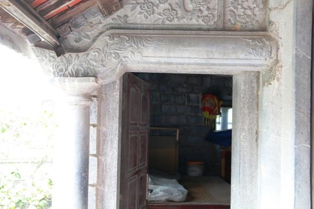 Hai bên đầu hè của nhà đều làm bằng các chi tiết đá nối, ghép vào nhau rất tinh xảo.