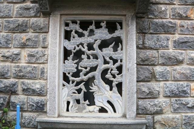 Cửa thông gió của căn nhà cũng được đục băng đá thành bức tranh quý và cổ.