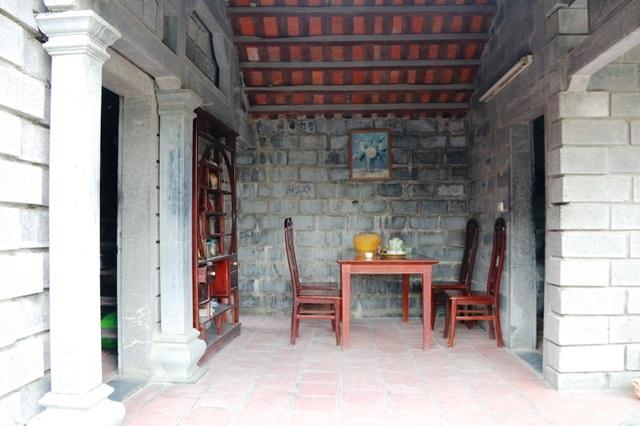 Từ nhà trên, nhà dưới, phòng khách, phòng ngủ, bếp ăn... tất cả mọi chi tiết trong căn nhà bà Long đều được làm bằng đá, bài trí rất thoáng và hợp lý.