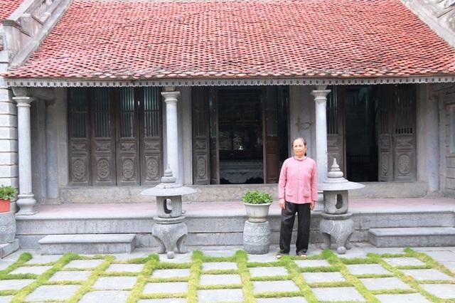 Nhà được xây dựng hoàn toàn bằng đá, gỗ lim, không sử dụng chất kết dính, các chi tiết được ghép nối với nhau bằng mộng. Nhà có tuổi đời trăm năm nay.