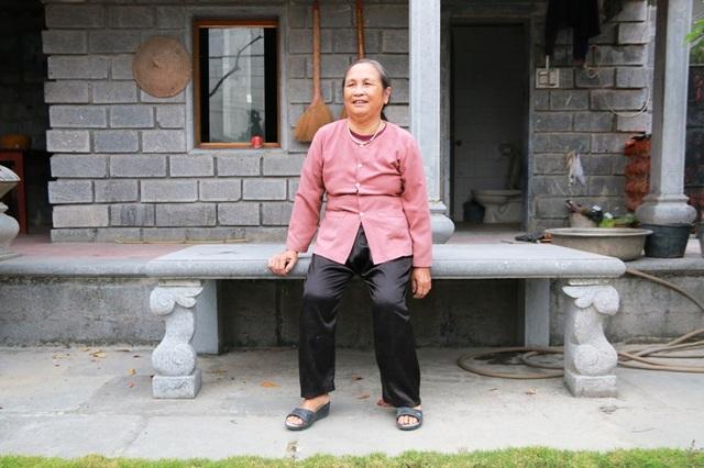 Chiếc sập đá tuổi đời trăm năm có cùng thời với căn nhà hiện vẫn được gia đình bà Long lưu giữ.