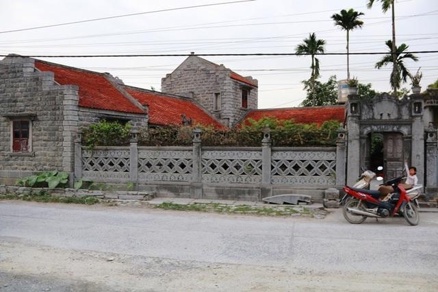 Ngôi nhà đá độc đáo của gia đình bà Long nằm ngay giữa làng chế tác đá mỹ nghệ Ninh Vân, huyện Hoa Lư, Ninh Bình.