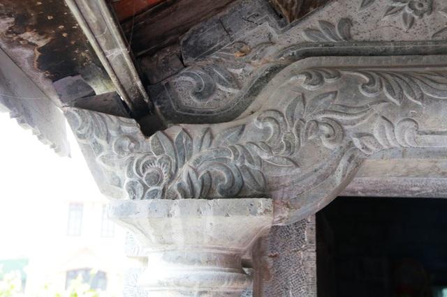 Các bức tranh đá được trạm khắc trong nhà chủ yếu là Tùng, Trúc, Cúc, Mai, Long, Ly, Quy, Phụng hay cỏ cây hoa lá, chim muông để ngôi nhà có sự hài hòa với cảnh sách thiên nhiên.