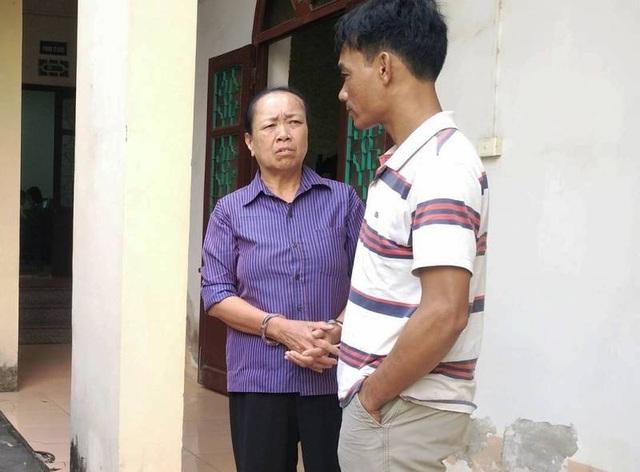 Lê Thị Oanh (áo xanh) dặn dò người thân sớm đền bù thiệt hại cho người bị hại để được hưởng sự khoan hồng.