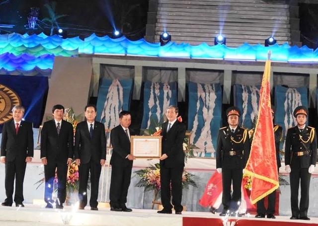 Ông Đinh Thế Huynh trao Huân chương Độc lập Hạng nhất cho chính quyền và nhân dân tỉnh Hòa Bình