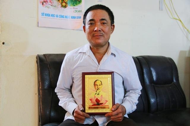 Niềm vui lớn của lão nông Ninh Bình khi được Chủ tịch nước Trần Đại Quang tặng hình ảnh Bác Hồ trong dịp dự lễ tôn vinh tại Hà Nội