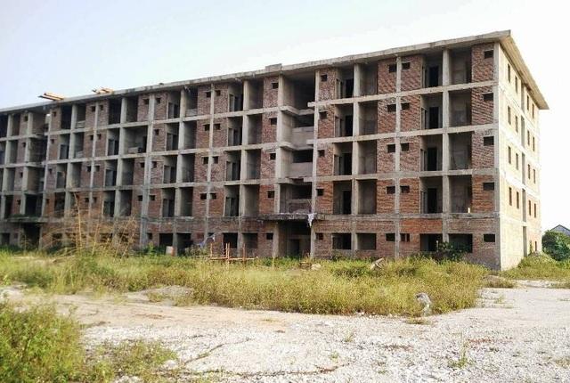 Dự án khu KTX sinh viên tập trung Ninh Bình xây dựng từ năm 2009 đến nay chưa hoàn thành, hiện đang bỏ hoang.