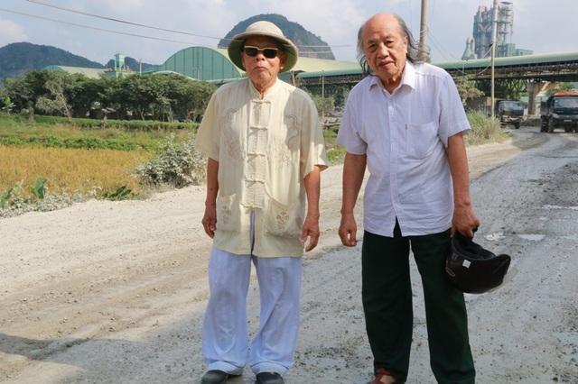 Ông Lương (bên phải) cùng người bạn già đi trên con đường hạnh phúc.
