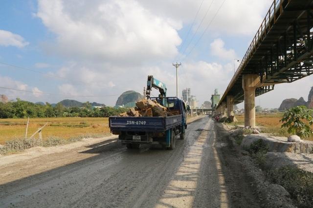 Mỗi ngày có hàng trăm lượt xe tải chở đá đi trên con đường siêu tải trọng này.