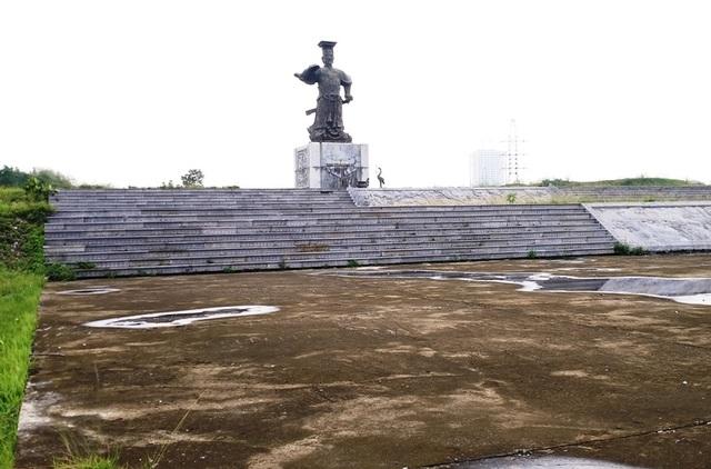 Quảng trường Đinh Tiên Hoàng xây dựng từ năm 2009 chào mừng Đại lễ 1000 năm Thăng Long - Hà Nội nhưng đến nay vẫn chưa xong (ảnh: Thái Bá)