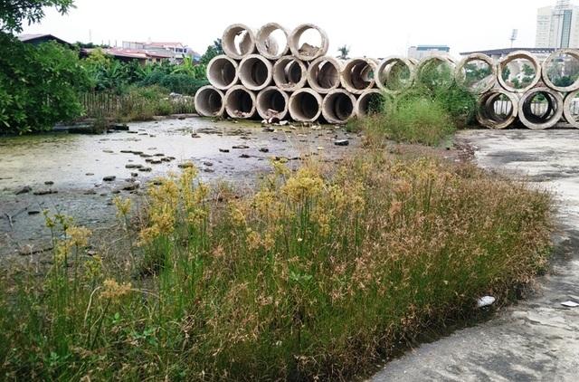 Dự án Trung tâm Thể dục - Thể thao Ninh Bình sau thời gian dài đắp chiếu bị biến thành nơi chứa... ống cống (ảnh: Thái Bá)