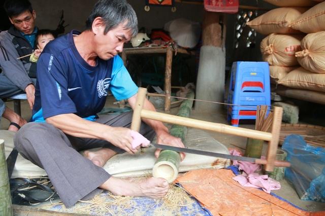 Ông Kỷ chia sẻ, lúc đầu vợ chồng ông chỉ làm ra những đôi đũa bằng thân cây luồng dùng trong gia đình. Khách du lịch đến tham quan Bản Lác thích thú với những đôi đũa do vợ chồng ông làm ra nên ông bà nảy ý định vót đũa truyền thống bán cho du khách.