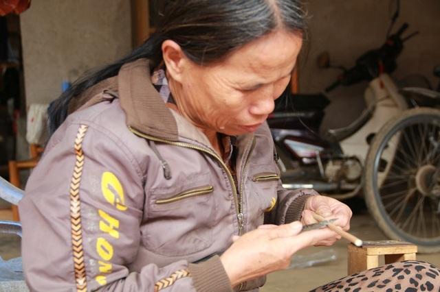 Làm nghề vót đũa bán chừng 3 - 4 năm nay, mỗi ngày vợ chồng bà Thỏa cũng bán bình quân được khoảng 20 - 50 đôi đũa. Mỗi bó đũa có 20 đôi được bán với giá 50.000 đồng. Có ngày đông khách, hai ông bà làm không kịp hàng, thu tiền triệu.