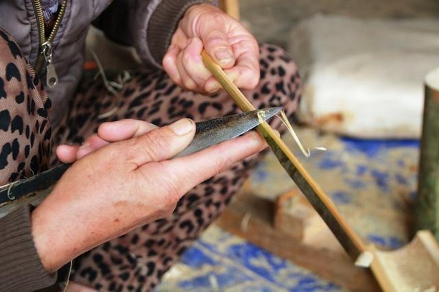 Sở dĩ, vợ chồng bà Thòa sống được với nghề bởi đũa do ông bà làm ra hoàn toàn thủ công, không qua một công đoạn nào sử dụng chất công nghiệp để ngâm hay sấy làm cho đũa khỏi mốc. Đũa do ông bà làm ra bền đẹp là do bàn tay khéo léo, nguyên liệu bền vì được chọn kỹ lưỡng.
