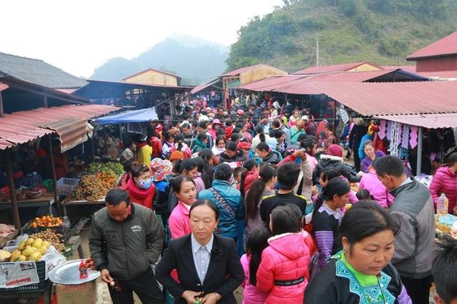 Phiên chợ Pà Cò, huyện Mai Châu, tỉnh Hòa Bình chỉ diễn ra đúng một ngày vào Chủ nhật trong tuần.