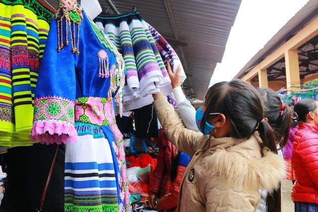 Chợ là không chỉ là nơi mua bán mà còn là nơi gặp gỡ, hẹn hò lứa đôi. Những cô gái Mông chọn cho mình những chiếc váy xinh xắn nhất để mặc trong lần gặp gỡ người yêu dịp chợ Tết.