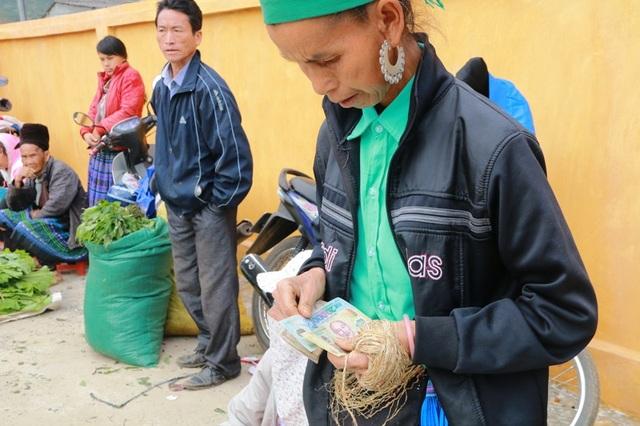 Những đồng tiền lãi nhờ bán hàng sẽ được người phụ nữ này đi mua đồ dùng sinh hoạt cho cả gia đình. Đến chợ Tết bán đắt hàng nhưng cũng tiêu rất nhiều tiền, người phụ nữ hồ hởi nói.