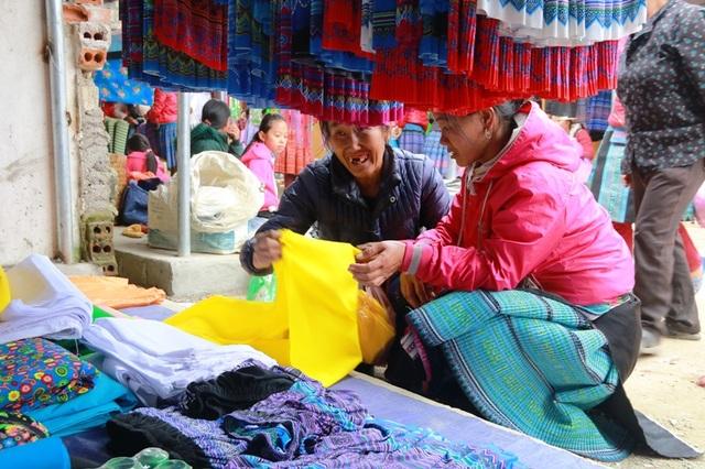 Cảnh mua bán ở chợ Pà Cò nhộn nhịp từ sáng tinh mơ cho đến hết ngày. Người Mông đến chợ mua bán rất nhanh, thuận mua vừa bán nên cả người bán lẫn người mua đều rất hài lòng.