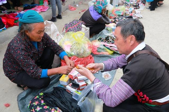 Giới nam giới thường đến chợ để mua sắm các vật dụng cần thiết trong gia đình