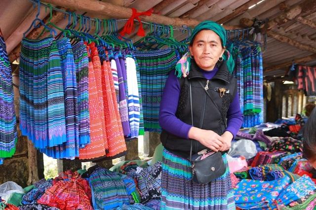Những ngày Tết, sạp hàng của người phụ nữ này bán chạy gấp đôi, gấp 3 ngày thường nên chị làm việc quên ăn.