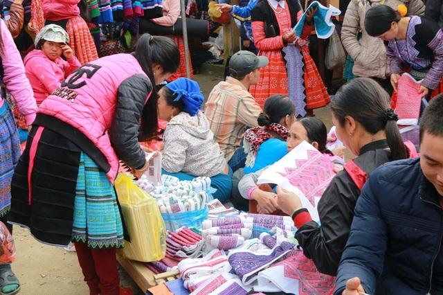Các mặt hàng được phụ nữ ưa chuộng là đồ thổ cẩm về dệt váy, may quần áo cho mình và những người thân trong gia đình.