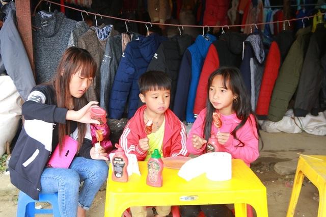 Những đứa trẻ được bố mẹ đưa xuống chợ cũng được cho vào hàng quán để ăn vặt.