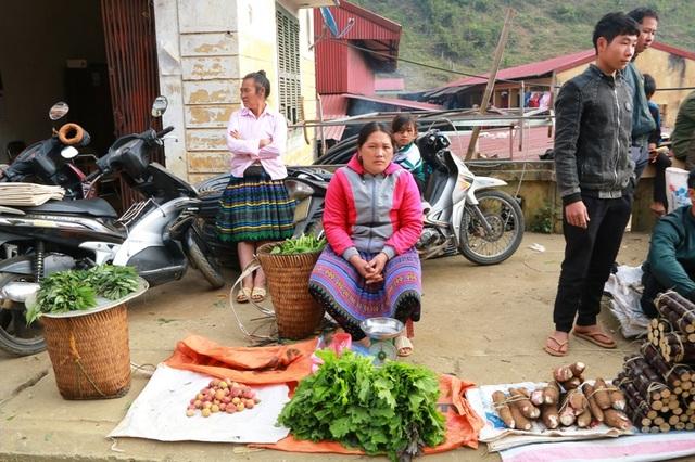 Gia đình nào có cây nhà, lá vườn đều mang đến chợ để trao đổi hàng hóa.