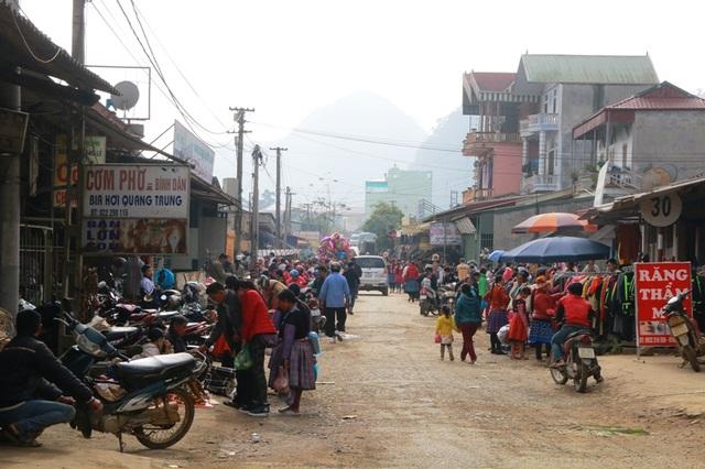 Từ nay đến Tết người Mông, chợ Pà Cò sẽ còn diễn ra 2 - 3 phiên chợ nữa. Đây là dịp để người dân mua bán, sắm Tết, trao đổi hàng hóa. Là nơi để các đôi bạn trẻ hẹn hò nhau sau những ngày xa cách.